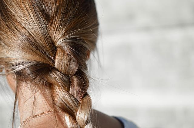 krásné vlasy zapletené v copu