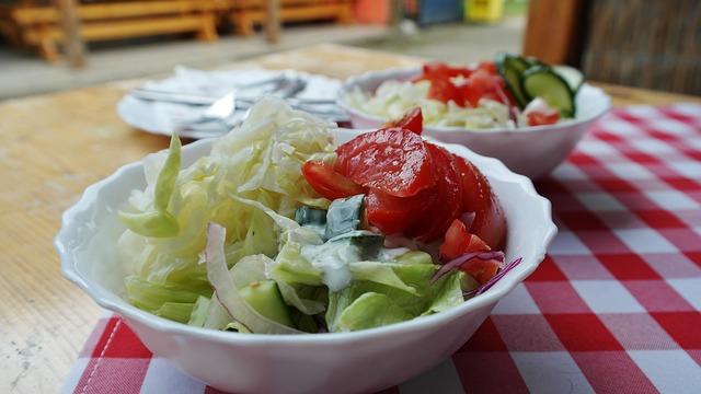 zeleninový salát v miskách na stole