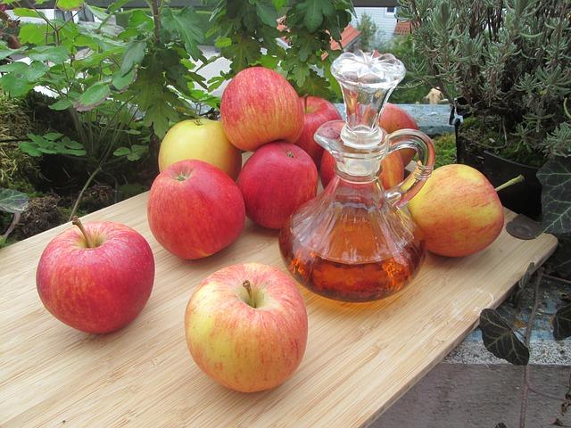 nádoba s octem a jablka na stole