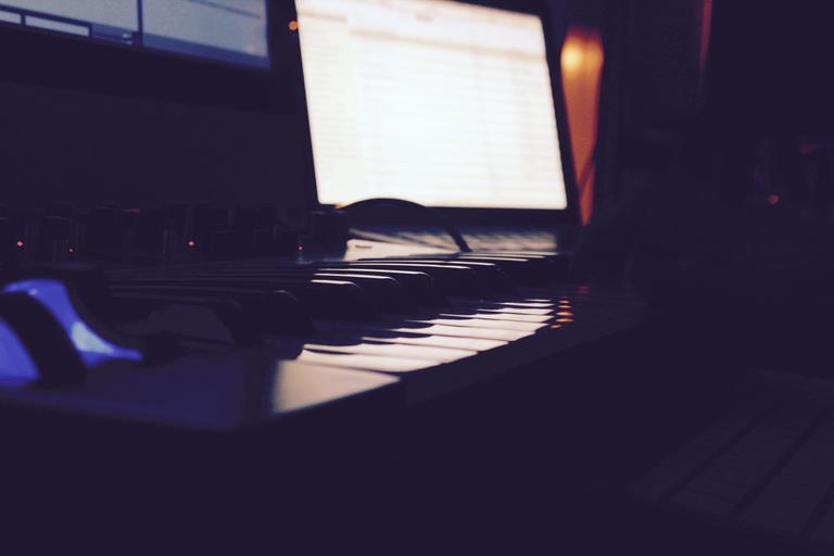 monitor ve tmě.jpg