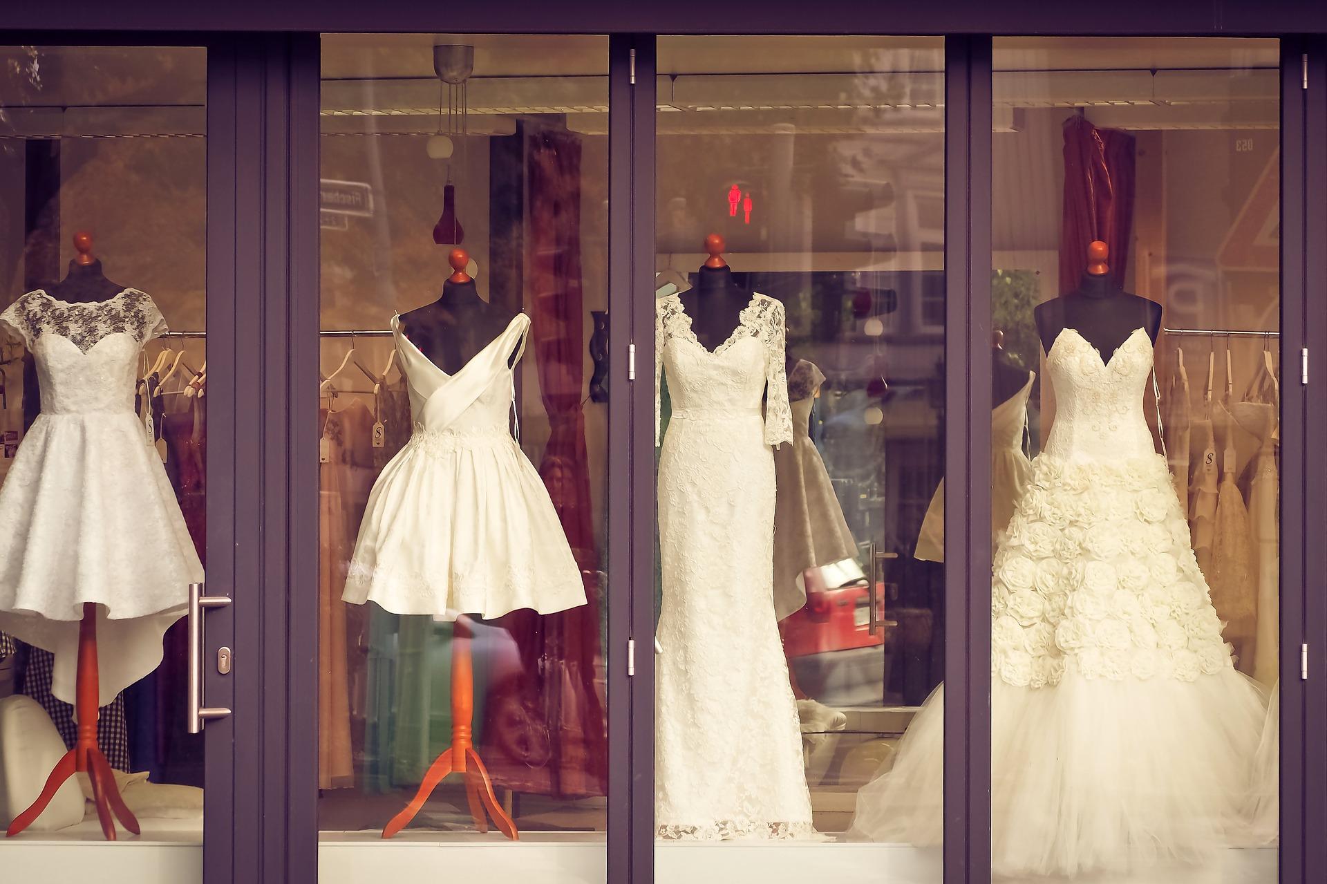svatební šaty ve výloze